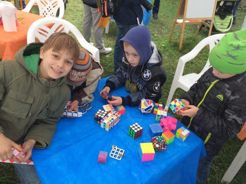 дети играют с головоломками