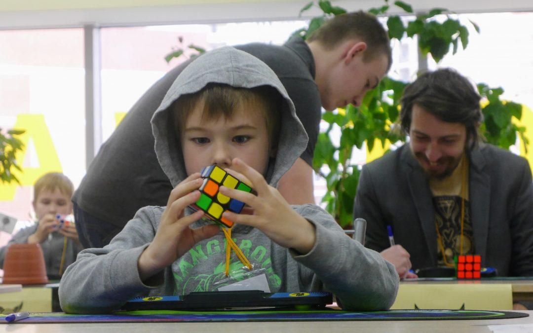 Соревнования по скоростной сборке головоломок в Раменском